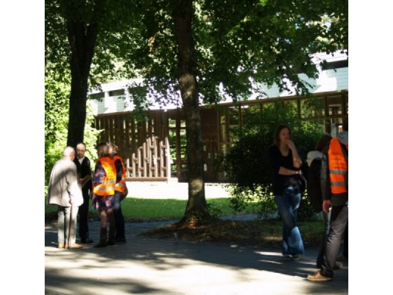 Originalios architektūros Vasaros parodų paviljono būklė kasmet vis prastesnė, kalbos apie naujo statybą, nors esama ir konkurse laimėjusio projekto, nutilo.