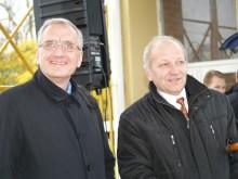 Šventinėje ceremonijoje dalyvavusiam Seimo nariui P. Žeimiui savivaldybės administracijos direktorės pavaduotojas B. Martinkus sakė, jog greičiausiai salė iškilsianti po metų arba pusantrų.