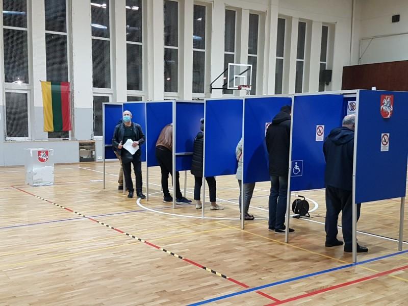 """Dėl mandato antrajame rinkimų ture į Seimą Mėguvos rinkimų apygardoje varžysis konservatorius Mindaugas Skritulskas ir """"valstietis"""" Romandas Žiubrys"""