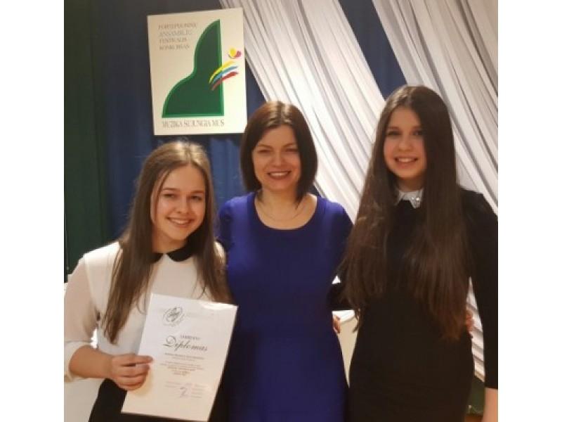 """Konkurso """"Muzika sujungia mus""""GrandPrix laimėtojos pianistės Iveta Danieliūtė, Aušrinė Plonytė su mokytoja Rasa Daukšiene."""
