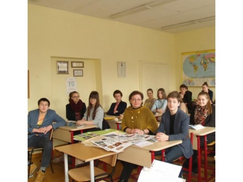 Lietuvos nepriklausomybės dienos išvakarėse Senosios gimnazijos I d. klasei pilietiškumo pamoką vedė mokytoja I. Pociuvienė.