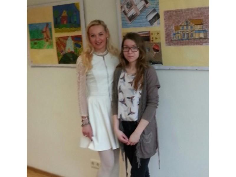Nuotraukoje dailės mokytoja ir pirmūnė gimnazijos mokinė Aurelija Kairytė