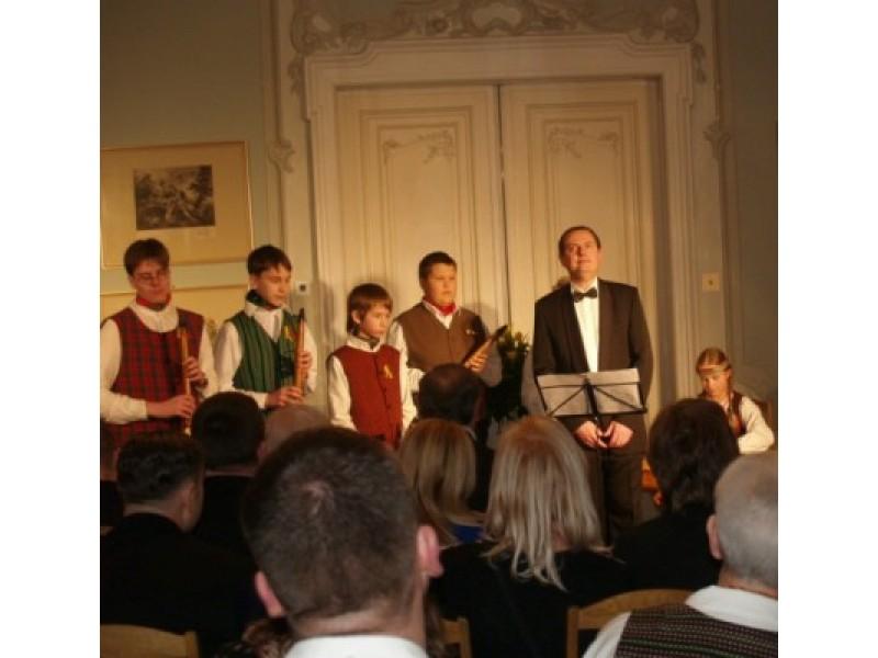"""T.Girininkui, atlikusiam A.Raudonikio dainą """"Kur balti keliai"""", pritarė meno mokyklos liaudies instrumentų ansamblis."""