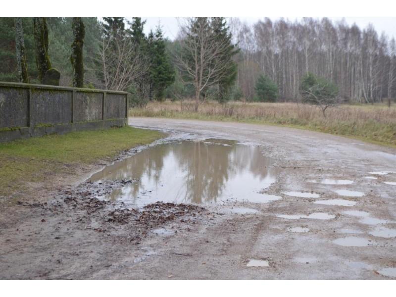 Palangiškis pastebėjo, jog senąsias kapines juosia jau prastos būklės tvora ir po lietaus ištęžtantis kelias.