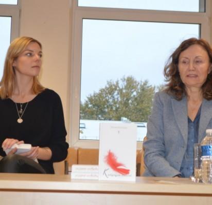 """Jaunosios kartos rašytoja Monika Budinaitė savo knygą pristatė kartu su leidyklos """"Charibdė"""" redaktore Rita Kubiliene."""