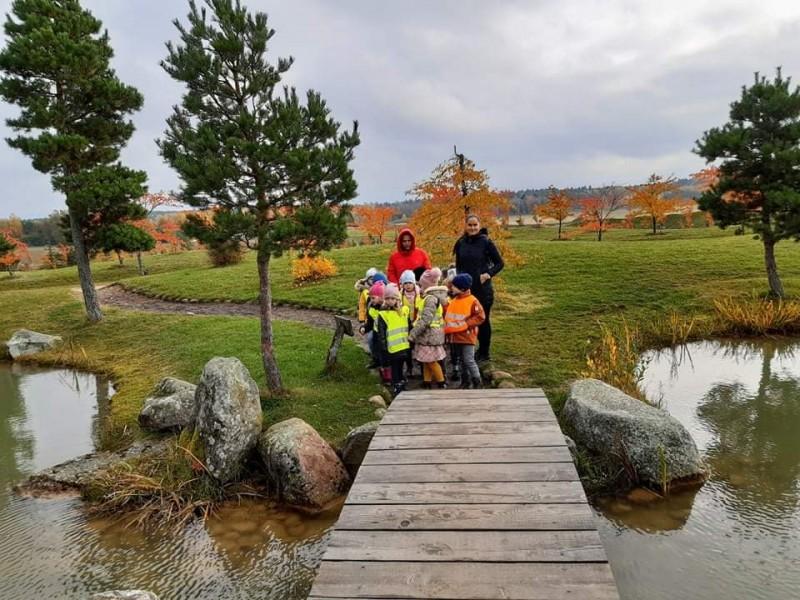 """Palangos lopšelio-darželio ,,Ąžuoliukas"""" ,,Boružėlių"""" ir ,,Žiogelių"""" grupės ugdytiniai aplankė Baltų mitologijos parką bei japonišką sodą"""