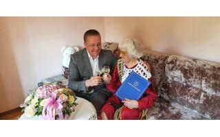 Meras Šarūnas Vaitkus pasveikino Šventosios gyventoją Janiną su 100 metų jubiliejumi