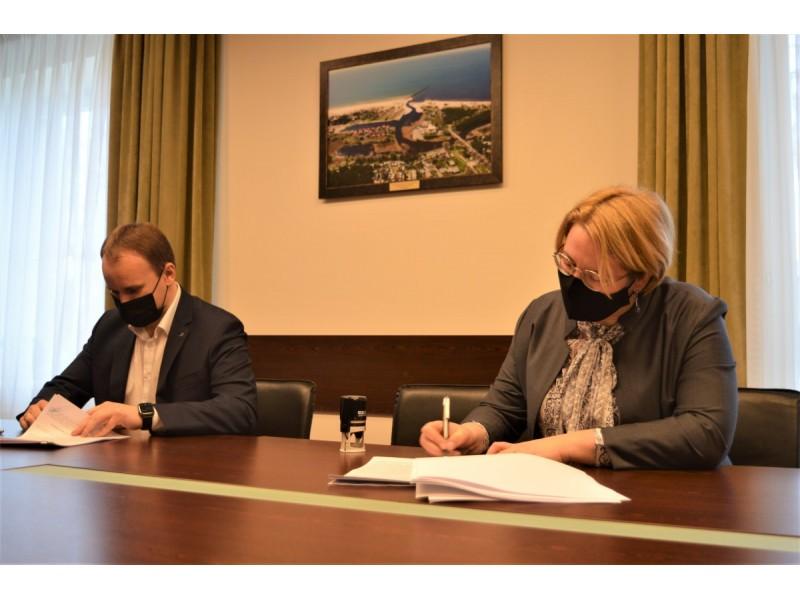 """Sutartį pasirašė Palangos miesto savivaldybės administracijos direktorė Akvilė Kilijonienė ir UAB """"Plungės lagūna"""" vykdomasis direktorius Povilas Batavičius"""