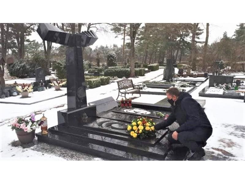 Meras Šarūnas Vaitkus padėjo gėlių ant signataro V. Ulbos kapo
