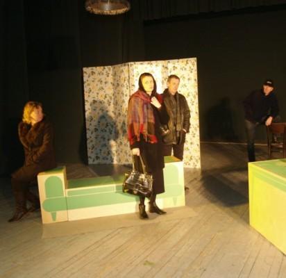 """""""Moters be kūno"""" repeticijos akimirka: scenoje aktoriai R. Milinienė, D. Plonienė, R. Dzimidas, V. Milinis, S. Stončius."""