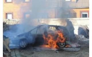 Liepsnos sunaikino automobilį