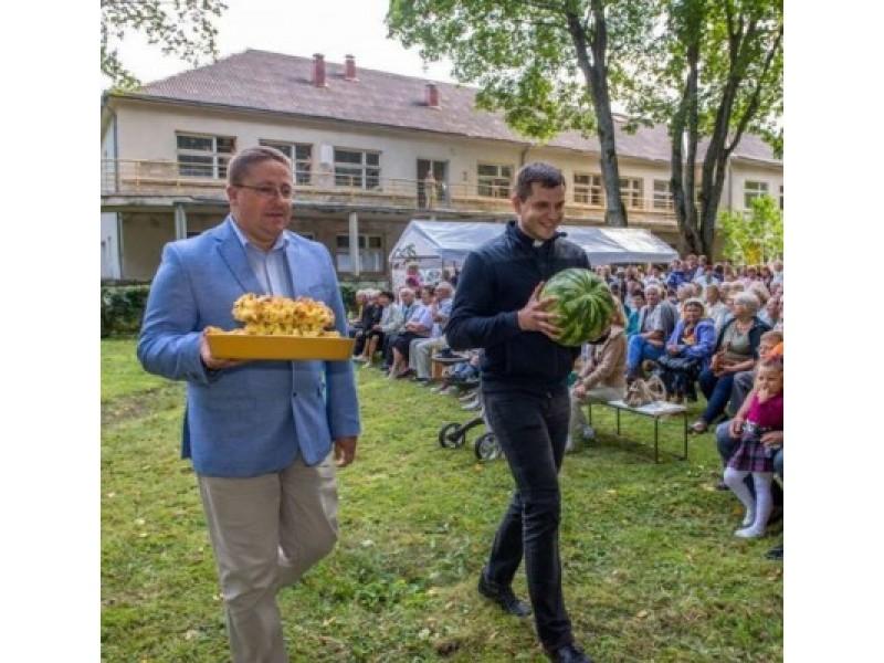 Po šv. Mišių Palangos bendruomenė ir svečiai būrėsi klebonijos parkelyje, kur pratęsė šv. Roko atlaidų šventę. V. Janušonio nuotr.