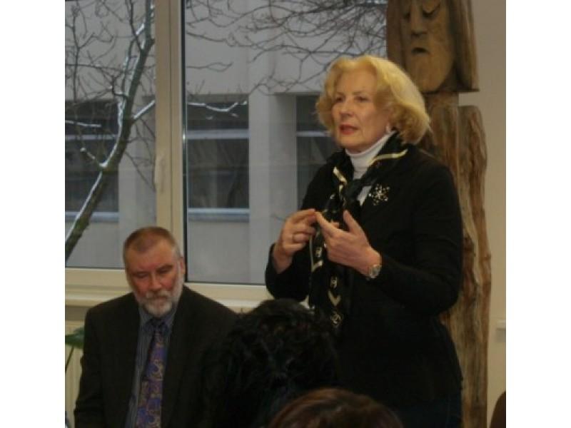 Palangos miesto savivaldybės viešojoje bibliotekoje vos tilpo visi, norėjusieji susitikti su poete, žurnaliste, Seimo Liberalų Sąjūdžio frakcijos nare Dalia Teišerskyte.