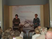 """Gintaro muziejaus koplyčioje netilpo visi norėjusieji pabendrauti su knygą """"Šešėlis JMM"""" pristačiusia jos autore A.Ruseckaite (dešinėje)."""