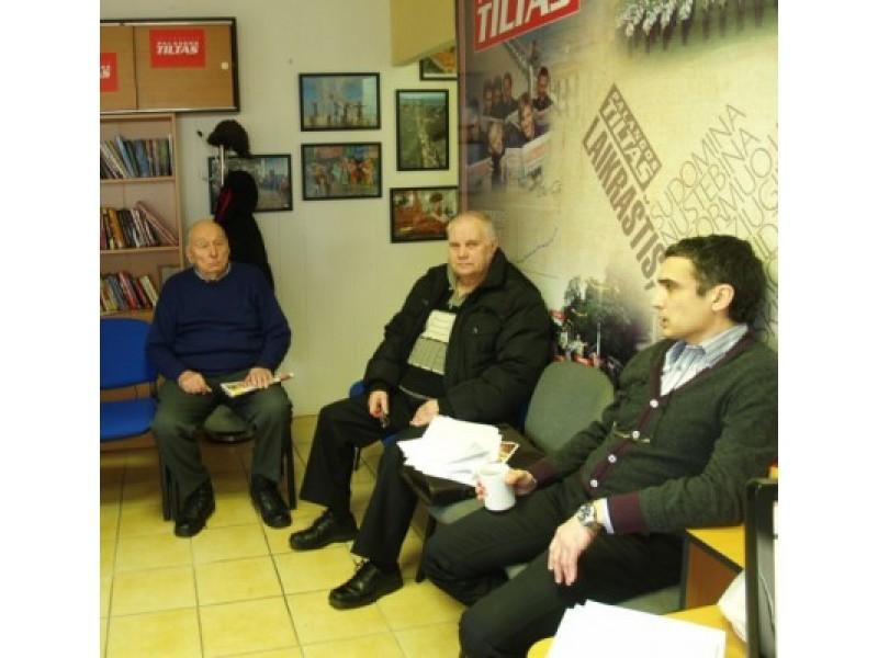 """""""Palangos tilto"""" skaitytojai turėjo parengę klausimų """"Palangos butų ūkio"""" direktoriui A.Kaktavičiui (dešinėje)."""