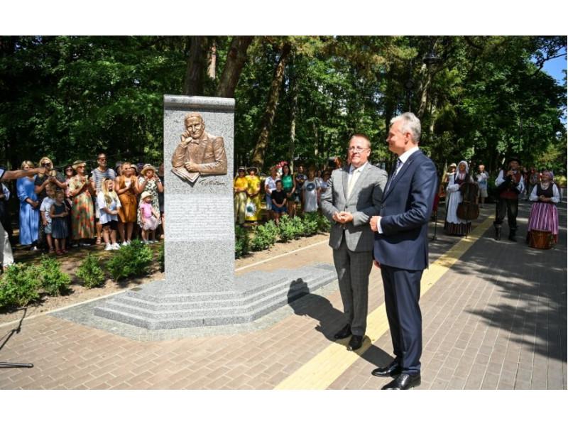 Prezidentas Gitanas Nausėda su Palangos meru Šarūnu Vaitkumi atidengė paminklą škotų mokslininkui, rašytojui ir diplomatui Jamesui Youngui Simpsonui