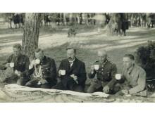 1929 m. skautų stovykla. Arbatą geria prezidentas A. Smetona. Nuotrauka iš S. Žulkaus kolekcijos.