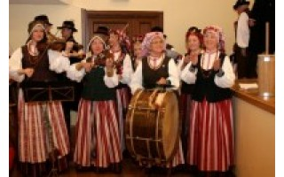 """Vyresniųjų liaudiškų šokių grupė """"Banguolis"""" – Kaišiadoryse"""