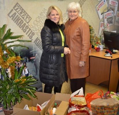 """""""Gintarėlio"""" bendruomenės suneštas dovanas perdavė direktorė I. Milkontė (dešinėje) ir jos pavaduotoja L. Kesminienė."""