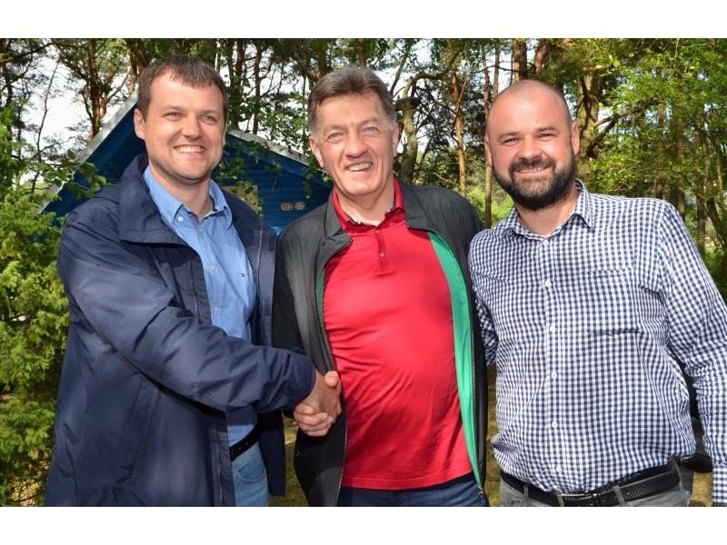 Pernai Šventojoje Gintautas ir Danas Paluckai tvirtai spaudė jau buvusio socialdemokratų partijos pirmininko Algirdo Butkevičiaus ranką.