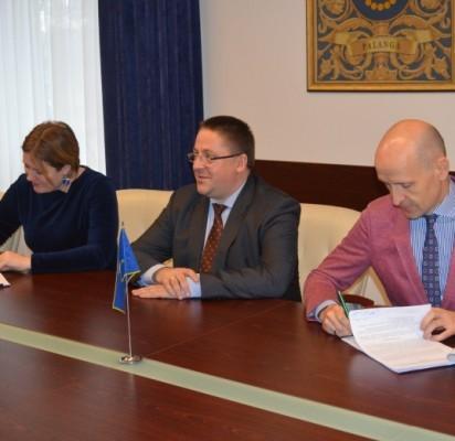 """Apie baseino projektavimo bei statybos darbus pasakojo UAB """"Conresta"""" vadovas L. Laukaitis, meras Š. Vaitkus ir Administracijos direktorė A. Klijonienė."""