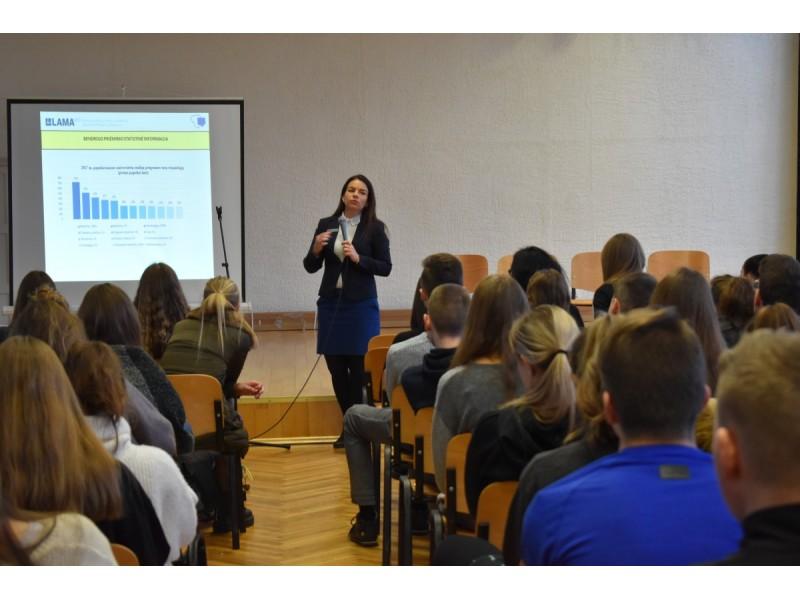 Vieną iš aktualiausių paskaitų baigiamųjų klasių gimnazistams skaitė LAMA BPO konsultantė Odeta Kardauskė.