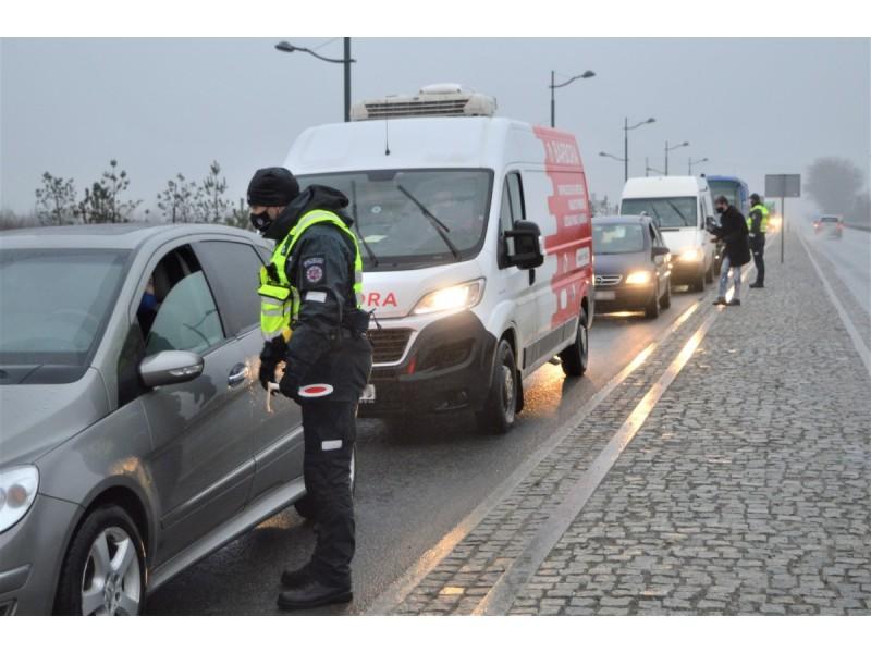 Policijos pareigūnai kontroliuoja automobilių atvykimą į Palangą, pirmąją dieną patikrinta 2000, neįleista 100