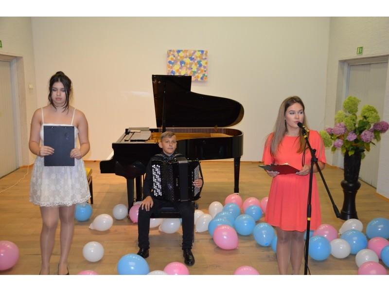 Šventinio renginio dalyviai: 3 išplėstinio ugdymo fortepijono klasės mokinė Aušrinė Plonytė, 7 akordeono klasės mokinys Mantas Leonardo Lizzi, 4 išplėstinio ugdymo fortepijono klasės mokinė Iveta Danieliūtė.