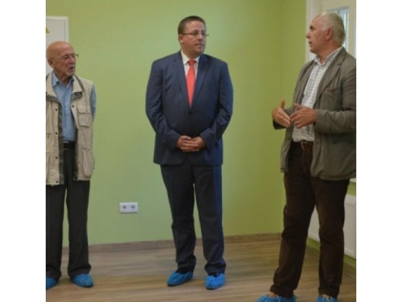 """Vilos """"Anapilio"""" atnaujintas patalpas aprodė meras Š. Vaitkus, UAB """"Pamario restauratorius"""" direktoriaus pavaduotojas statybai A. Zokaitis ir Palangos kurorto muziejaus direktorius J. Liachovičius."""