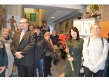 Susirinkusieji džiaugėsi atvirukais ir sveikino menininkus.