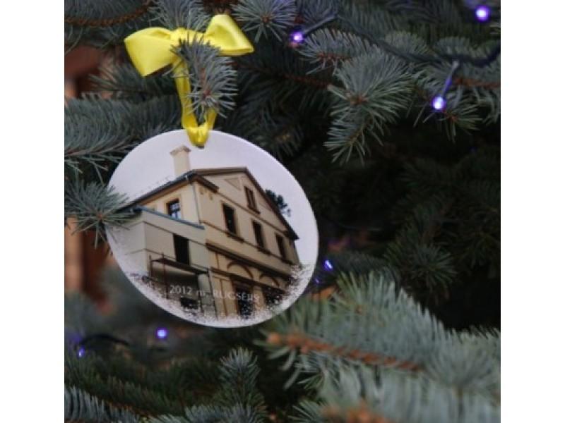 2012 m. gegužę oficialiai pradėtojo Palangos kurhauzo mūrinės dalies restauravimo projekto įgyvendinimo dviejų  etapų darbus užfiksavusios nuotraukos – ant Kalėdų eglutės žaisliukų.