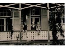 Karininkų ramovės vasarnamio Palangoje pietų (Kęstučio g.) fasado fragmentas. 1939 m. nuotrauka iš LK Palangos karininkų ramovės viršininkės Dalios Lukienės archyvo.