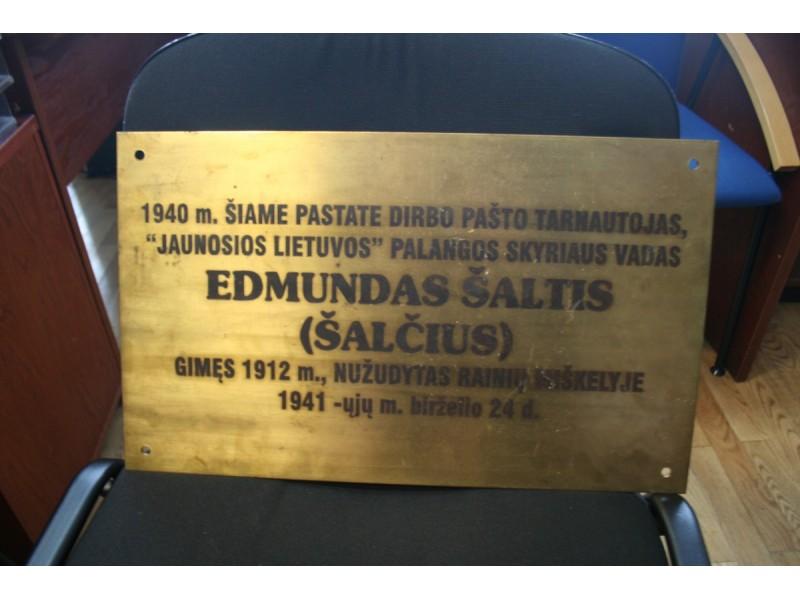 Ši lentelė, kuria norėta pagerbti Edmundą Šaltį, iškėlė daug klausimų.