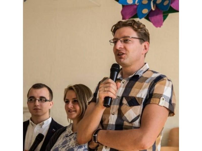 """Jaunųjų žurnalistų festivalio """"Dramblys"""" dalyvius sveikino D. Radzevičius. A. Mėžečio nuotr."""