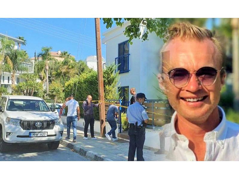 Aistis Mikalauskas namo, kuriame įvyko žmogžudystė, fone. kathimerini.com nuotr.