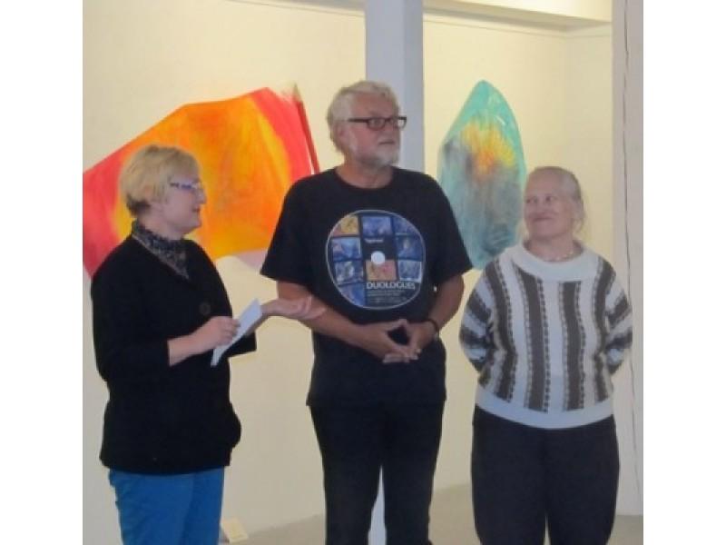 A. Hjuler parodą pristatė L. Turauskaitė (kairėje) ir menininkui talkinusi R. Lūšis.