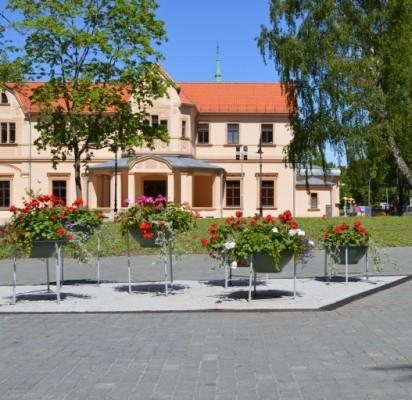 Atnaujintoje Grafų Tiškevičių alėjoje žydi gėlės ir želia neseniai pasodinta žolė.