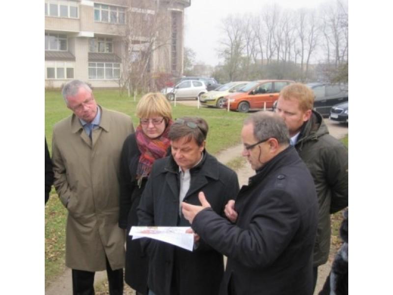 """Apsilankę """"Miesto vartų"""" teritorijoje, svečiai iš Bergeno kartu su Palangos savivaldybės administracijos vadovais išstudijavo ir teritorinio planavimo dokumentus. R. Trautmano nuotr."""