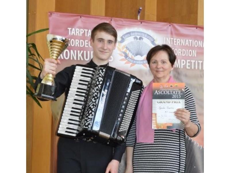 """Su savo mokytoja N. Daukšiene po konkurso """"Asoltate 2015"""" apdovanojimų, kur tapo Grand Prix laimėtoju."""