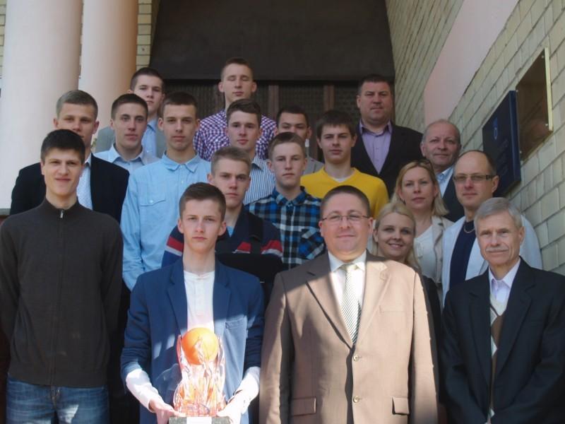 Lietuvos čempionų taurė – komandos kapitono Gyčio Šleiniaus rankose.