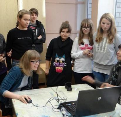 Kūrybiniuose užsiėmimuose dalyvavę S.Vainiūno meno mokyklos dailės skyriaus mokiniai kūrė eksperimentinį tekstilinį video filmuką.