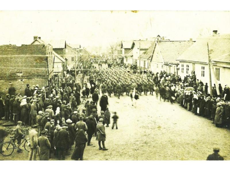 Lieuvos kariuomenės kariai 1921 m. kovo 31 d. įžygiuoja į Palangą. Archyvo nuotr.