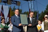 Latvijos Seimo pirmininkės padovanotą kaklaraištį Š. Vaitkus perduos naujam Palangos merui