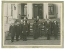 Aleksandras Tiškevičius su brolėnu ir dukterėčia (priekyje) iš Palangos ir Kretingos dvaro palivarkų ūkvedžiais. Fot. I. Stropus, 1910-1915 m.