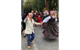 """Seimo narys Antanas Vinkus sukosi """"Palangos miestely"""" šokių sūkuryje, priėmime konsultavo ir sveikatos klausimais"""