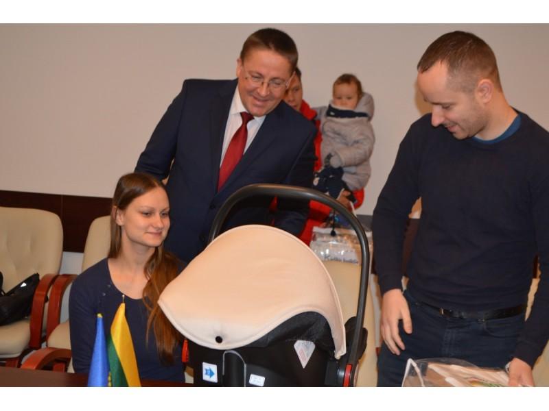 Meras pasidžiaugė į Savivaldybę kartu su tėveliais atkeliavusiais mažyliais.