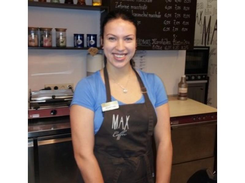 """""""Teko greitai išmokti daug įvairių kavos receptų, bet noras dirbti buvo stipresnis"""", – sakė kavinės barmenė-padavėja Martyna Rasickaitė."""