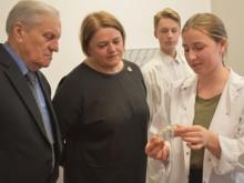 Svečiai turėjo galimybę apžiūrėti mokinių tyrinėjamus objektus.