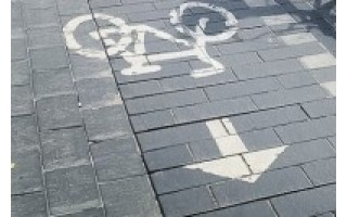 Sankryžoje partrenkė dviratininkę