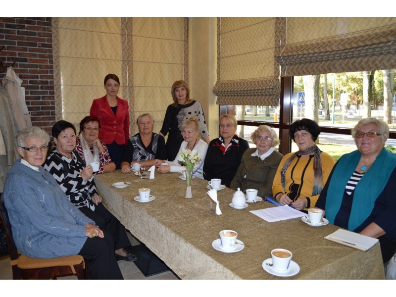 """Tarptautinės pagyvenusių žmonių dienos proga viešbutis """"Kerpė"""" pakvietė senjorus nemokamai pasivaišinti puodeliu kavos."""